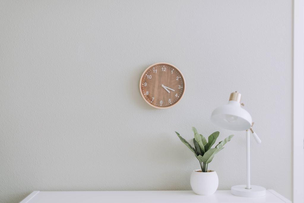Eine lautlose Wanduhr für ruhigeres wohnen