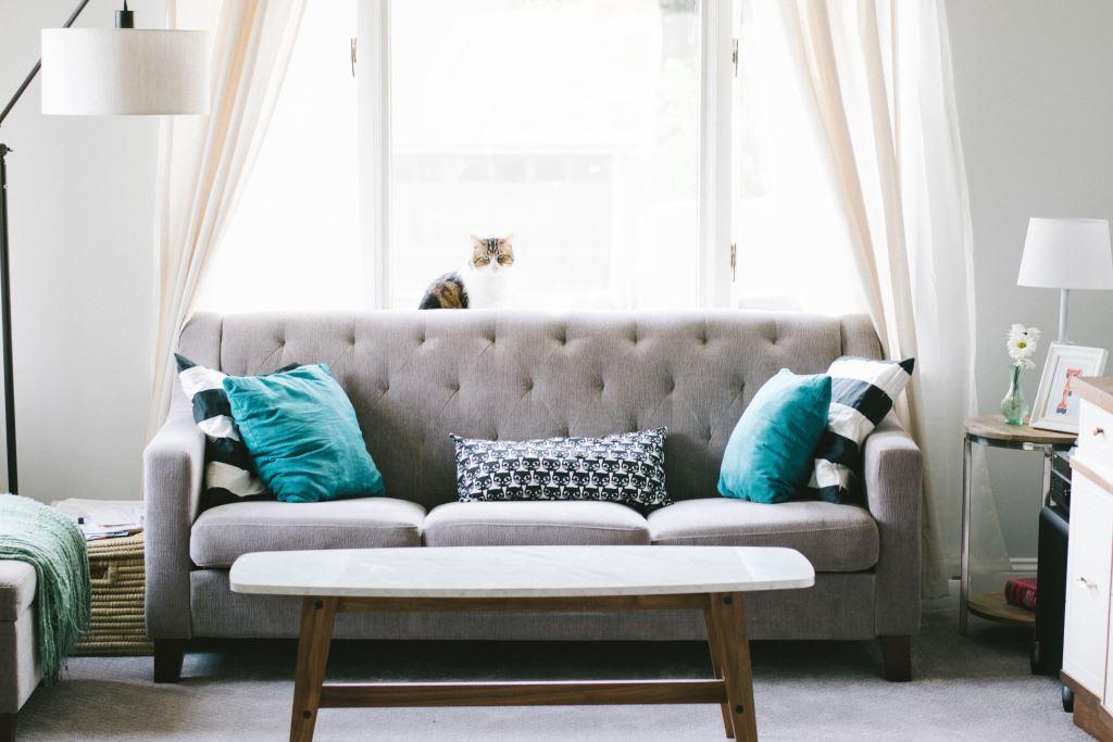 Ein ruhiges Wohnzimmer lädt zum entspannen ein