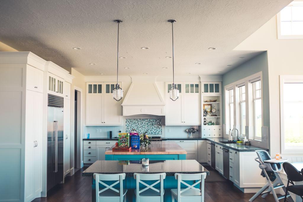 Kühlschrank in einer gemütlichen Wohnküche