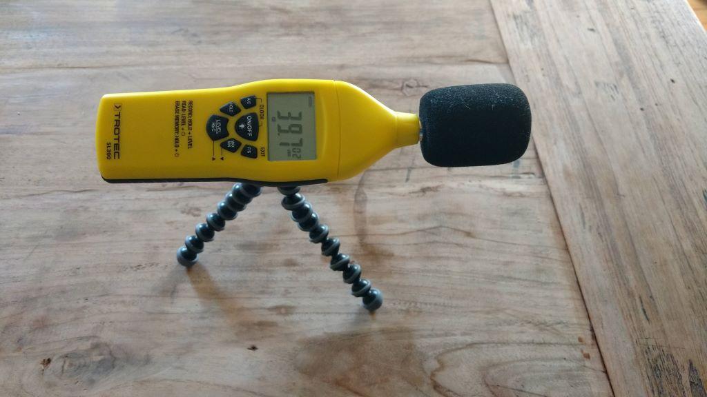 Schallpegelmessgerät TROTEC SL300 auf Stativ